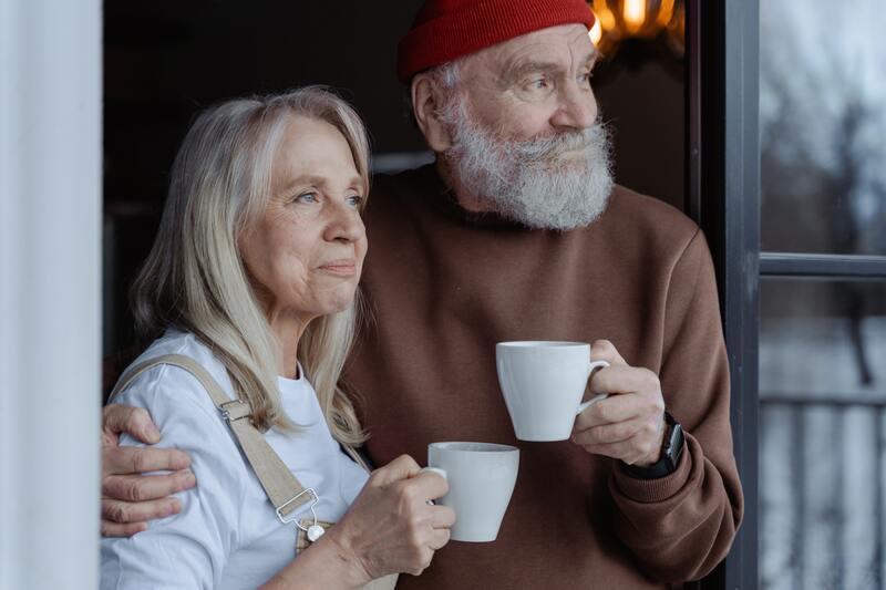 Пожилая пара с кружками