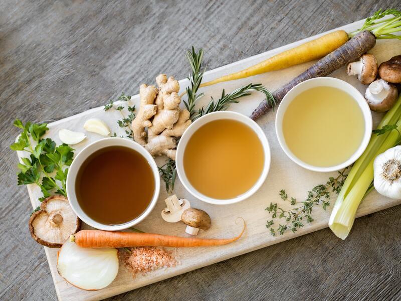 Доска с овощами и чаем