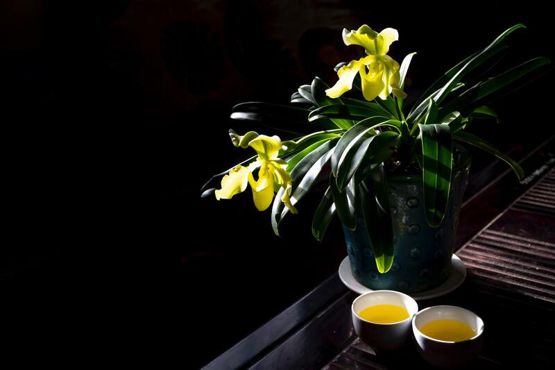 Цветы в вазе чай в кружках