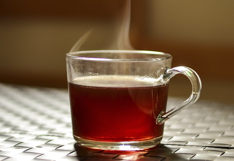 Черный чай в стеклянной кружке