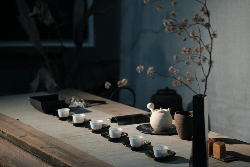Чайная церемония с белой посудой