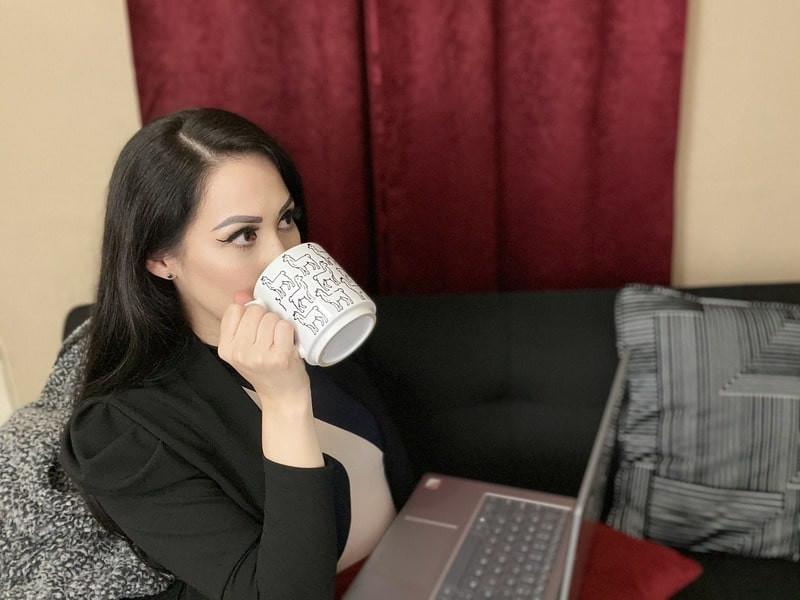 Девушка кружка ноутбук