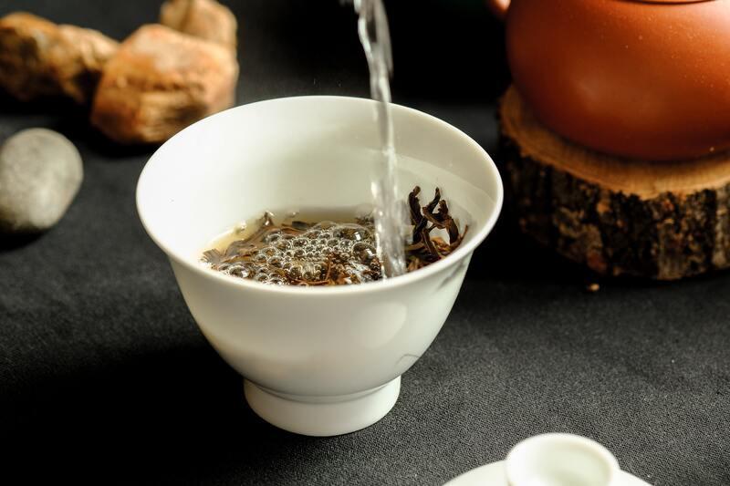 Заваривание чая в белой пиале