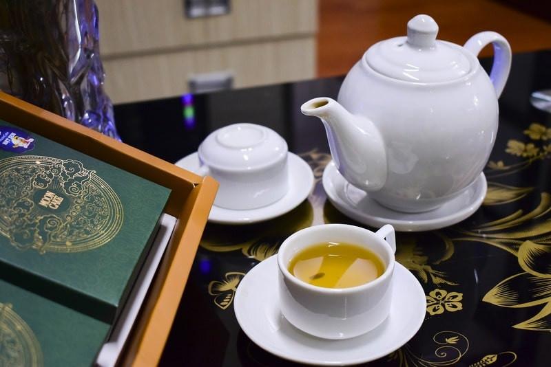 Книга чайник чашка с зеленым чаем