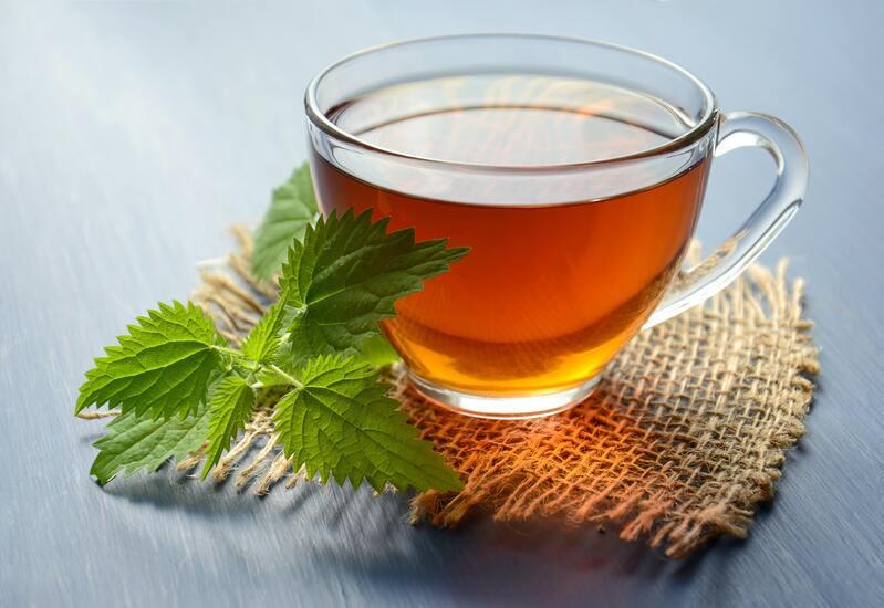 Листья кружка с чаем