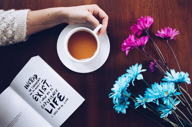 Книга чашка чая цветы