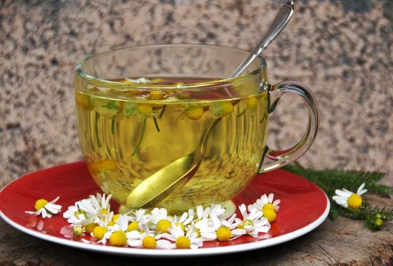 Ромашковый чай в прозрачной кружке