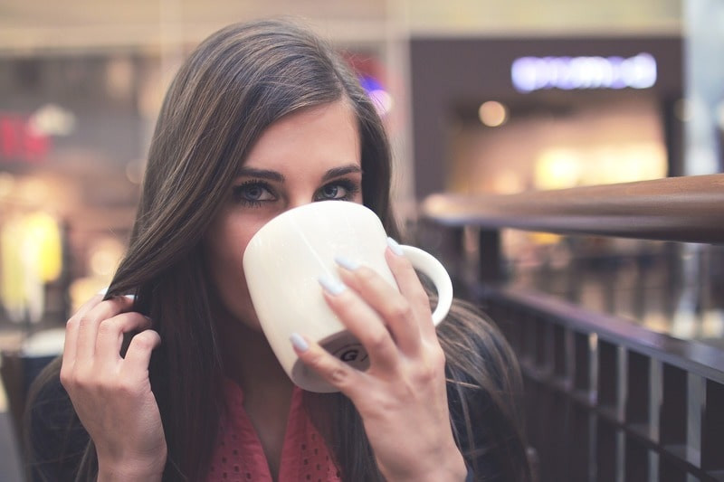 Девушка кружка пьет