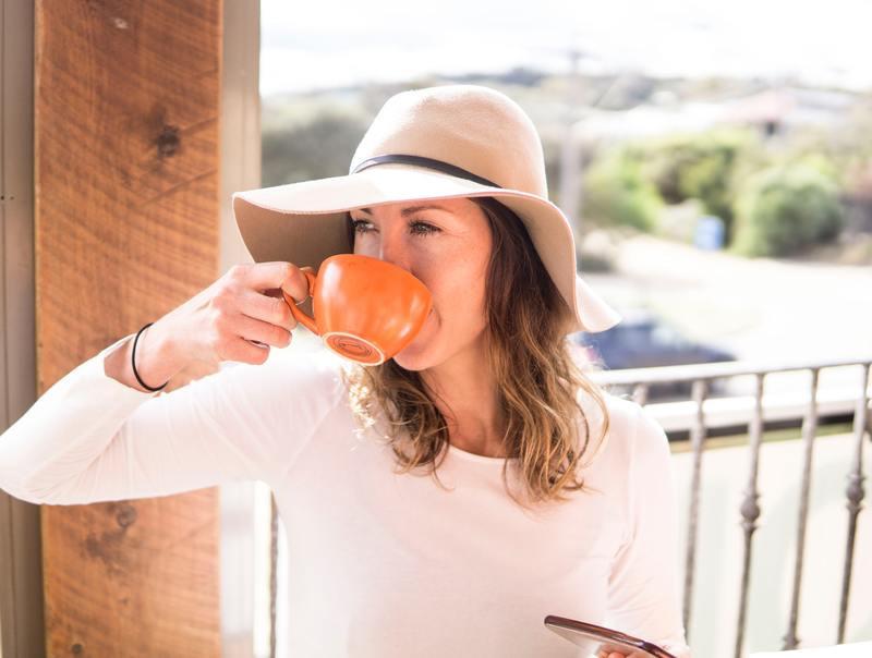 Женщина в шляпе с кружкой