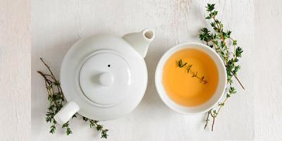 Чайник чашка чая зелень