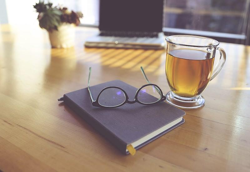 Книга очки чашка чая