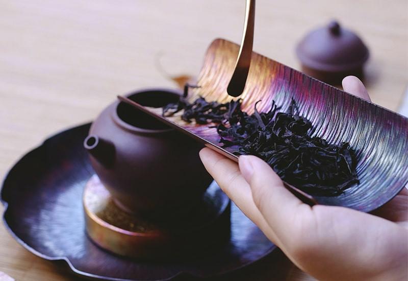 Чайник заварка рука
